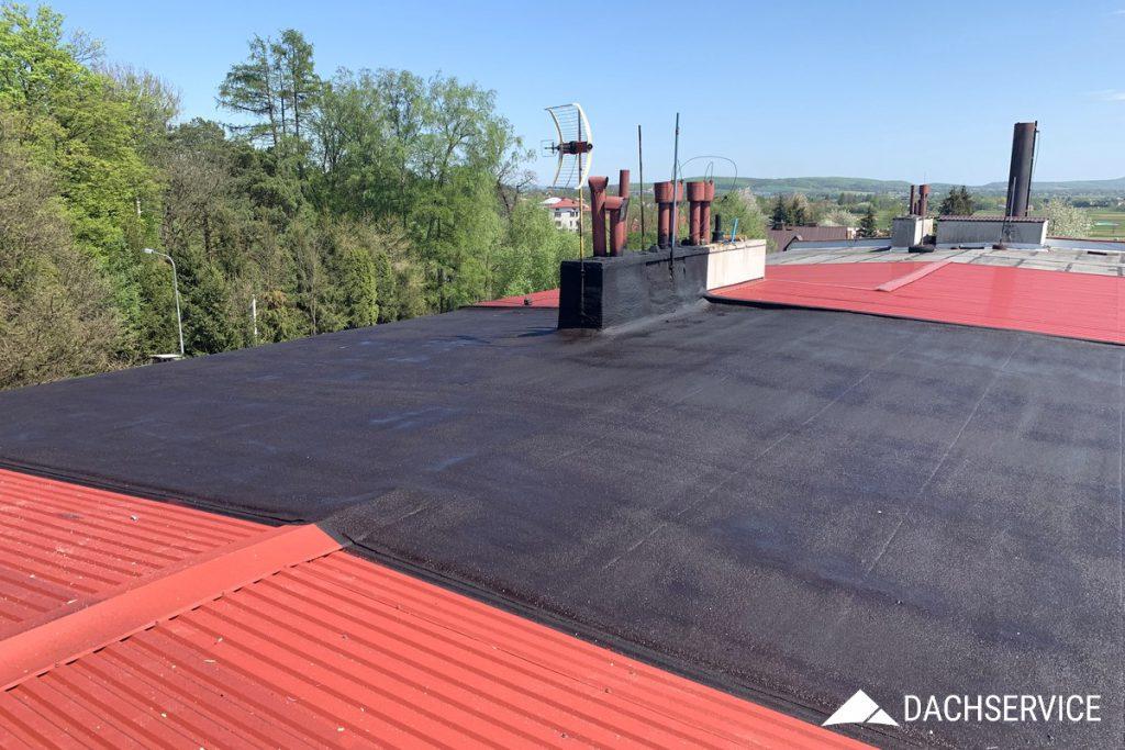 Renowacja dachu płaskiego na bloku mieszkalnym